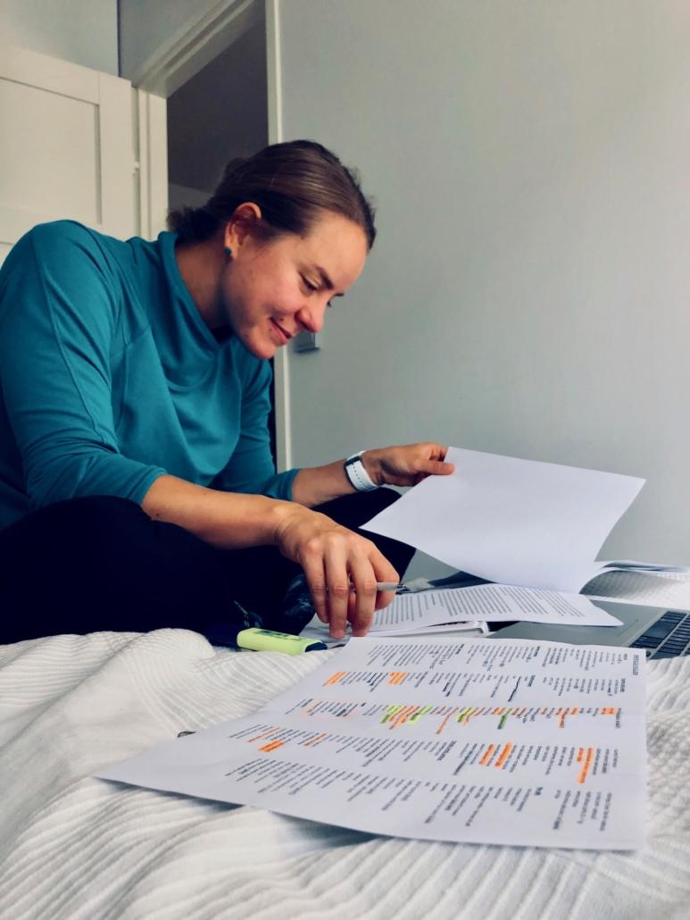 Puuttuvien varusteiden listaa tutkimassa