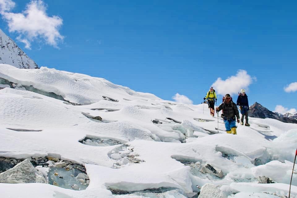 Jäätikön ylitys kohti ykkösleiriä