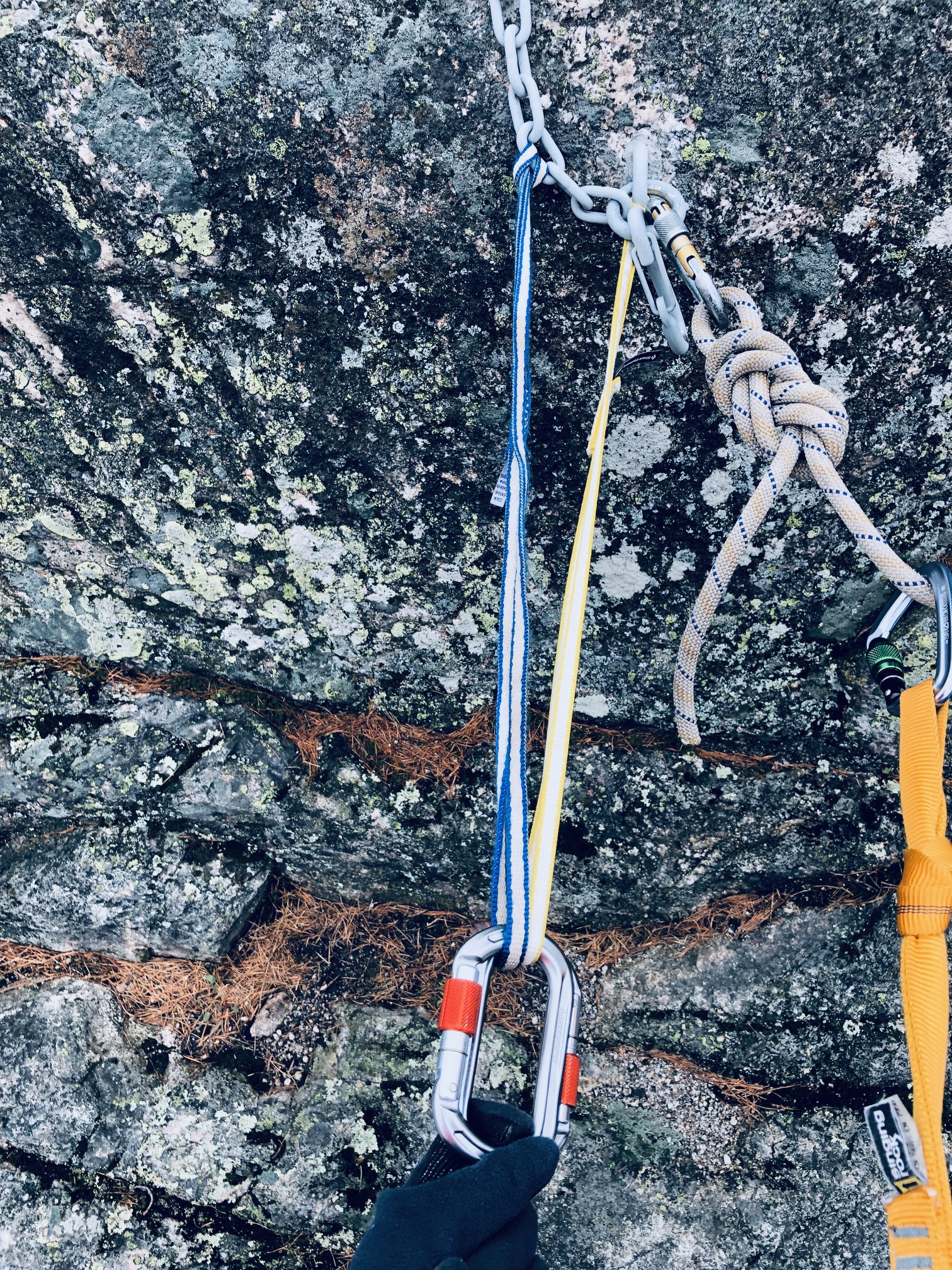 Tasapainotettu slingi -ankkuri yläköysikiipeilyyn kalliolle.